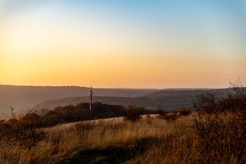 Petite antenne relais dans la campagne en fin de journée