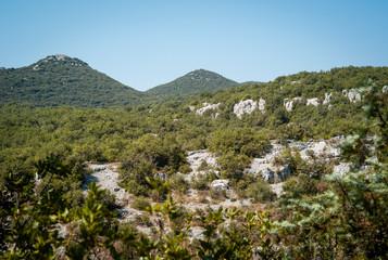 Montagnes surplombant la vallée du Granzon près des Vans, Ardèche, 24 juillet 2018.