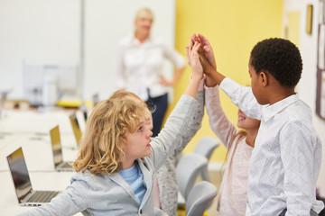 Gruppe Kinder in Grundschule bei Computer Unterricht