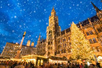 Münchner Christkindlmarkt auf dem Marienplatz, Bayern, Deutschland