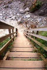 Acceso a playa con una escalera de madera