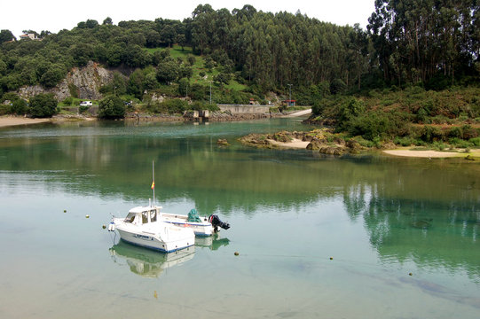 desembarcadero con un bote en el agua