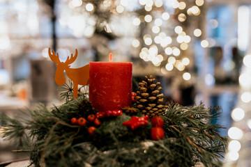 Weihnachtsdeko mit Kerze und Elch