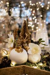 Weihnachtsdekoration gold mit Blumen und Lichtern