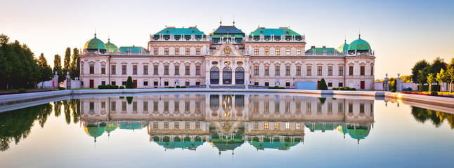 Spoed Fotobehang Wenen Belvedere in Vienna water reflection view at sunset