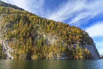 Feslwände am Ufer des Königssee in Bayern. Nationalpark Berchtesgaden, Kreuzelwand mit Bergwald im Herbstlaub
