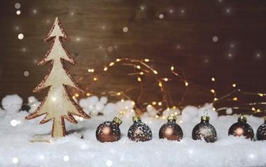 Weihnachten Hintergrund - Weihnachtsbaum und Weihnachtskugeln braun