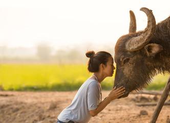 Photo sur Aluminium Buffalo Beautiful Asian woman with long horn buffalo
