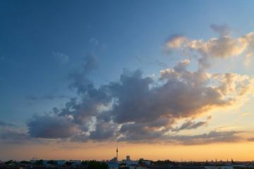 Berlin abends mit Fernsehturm vor Wolken am Himmel
