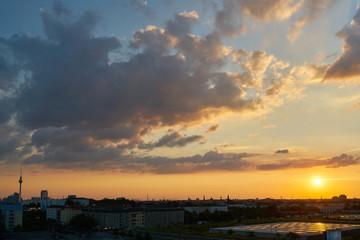 Sonnenuntergang in Berlin City mit Fernsehturm