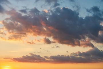 Sonnenuntergang oder Sonnenaufgang mit Wolken