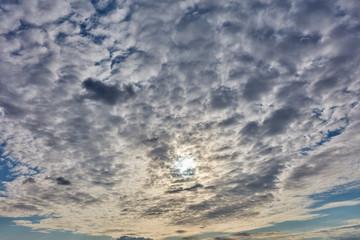Viele Wolken und Sonne am Himmel