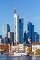 Frankfurt am Main, Blick auf die Skyline von der Alten Brücke. 18. November 2018.