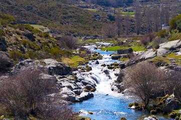 Río en una montaña
