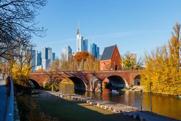 Frankfurt am Main, Blick auf die Skyline vom Sachsenhäuser Ufer. In der Mitte die Alte Brücke mit dem Portikus. 18. November 2018.