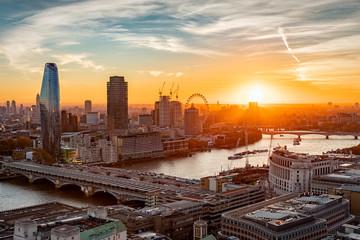 Fotomurales - Sonnenuntergang hinter der Skyline von London: an der Themse entlang bis zur Westminster Brücke