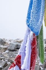Bandiere di preghiera ghiacciate