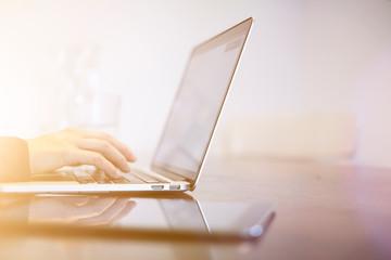 Hände schreiben auf einem modernen Laptop