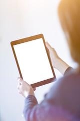 Junge Frau hält ein Tablet mit weißem Display