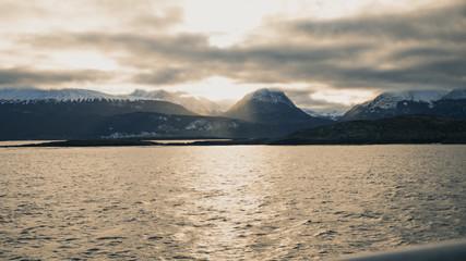 amanece desde las montañas ushuaia/argentina