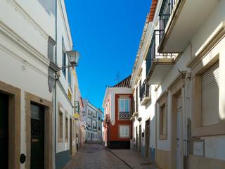 """typische Architektur in einer Gasse der Alstadt """"Tavira"""" an der Algarve in Portugal"""
