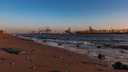 abends am Elbstrand in Hamburg