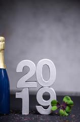 2019 Hintergrund Karte mit Flasche Party