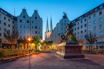 Fotomurales - Nikolaikirche und St. Georg Statue im historischen Nikolaiviertel, Berlin, Deutschland