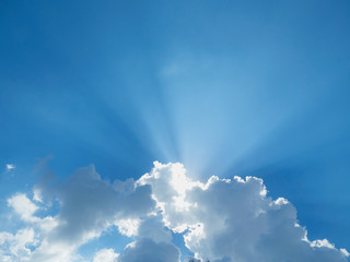 The sunlight shines out of the clouds, looks gorgeous, the mood lighting of the mood.