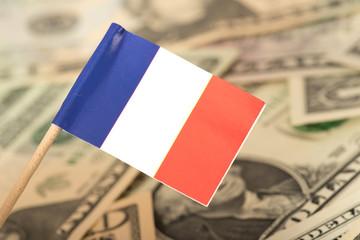 Flagge von Frankreich und Dollar Geldscheine im Hintergrund