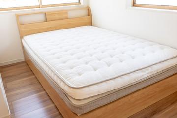 新築の部屋とベッド