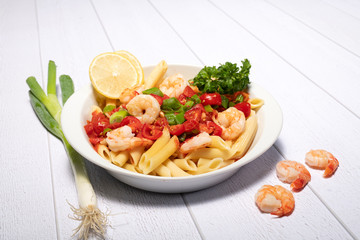 Nudelgericht mit Tomatensosse und Garnelen
