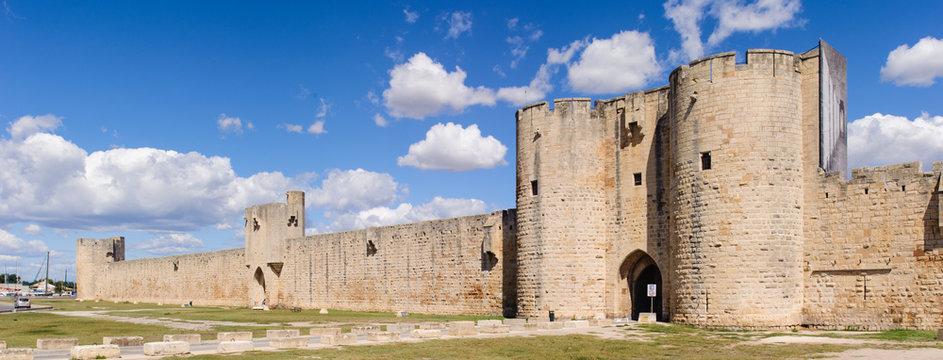 Stadtmauer von Aigues-Mortes in Südfrankreic in