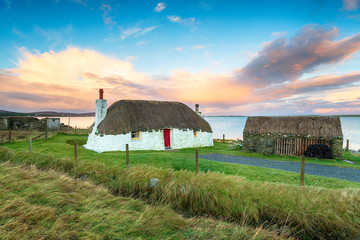 Fototapete - Thatched Cottage on Uist in Scotland