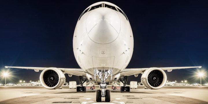 Weisser airliner am boden ansicht von vorne
