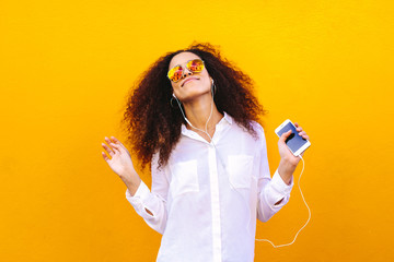 Papiers peints Magasin de musique African woman listening to music