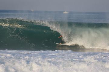 surfeur dans un tube