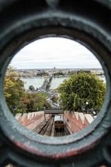 Cidade de Budapeste enquadrada em detalhe de uma ponte