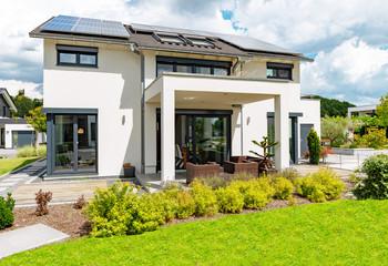 modernes Einfamilienhasu mit Terrasse im Sommer