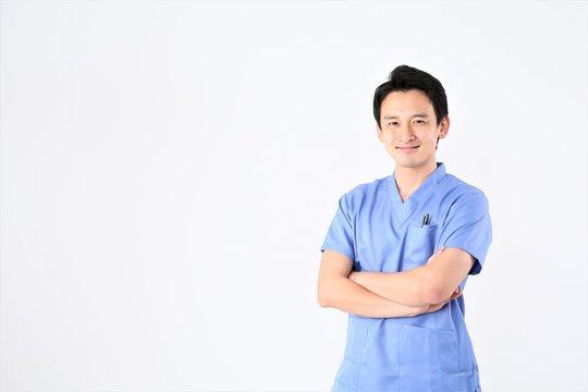 腕組する医師