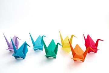 交互に並ぶカラフルな折り鶴