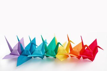 一列に並ぶカラフルな折り鶴