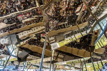 Marché aux puces Els Encants à Barcelone, plafond en miroirs