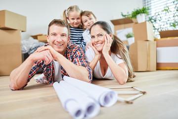 Glückliche Familie und Kinder nach dem Umzug
