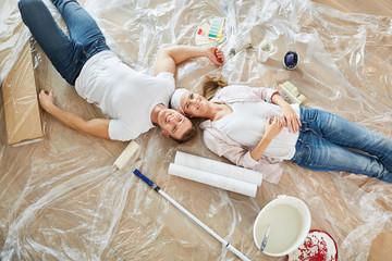 Glückliches Paar als Heimwerker macht Pause