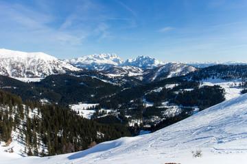 Blick von der Postalm aufs Dachsteingebirge im Winter