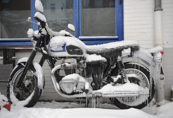 motorcylcle in snow and ice in the beginin of winter Fototapete