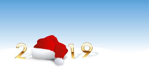 Carte de vœux 2019 ecrit en chiffres dorés et montrant le bonnet rouge du père noël posé sur la neige et remplaçant le zéro.
