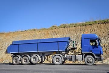 Straßenbau, Container-Auflieger Lkw für den Baustofftransport zur Baustelle
