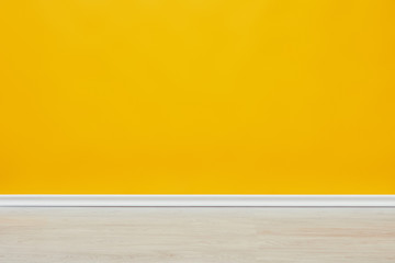 In de dag Historisch geb. background of bright empty yellow wall with wooden floor